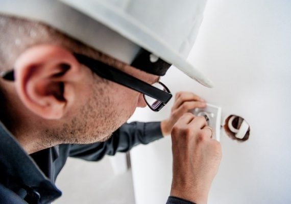 The Top Benefits of Hiring a Professional Electrician Over DIY